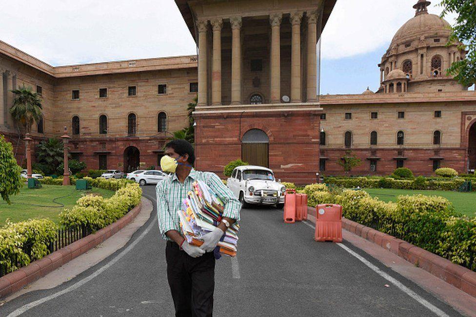 當一條浴巾恢復了印度官僚的驕傲