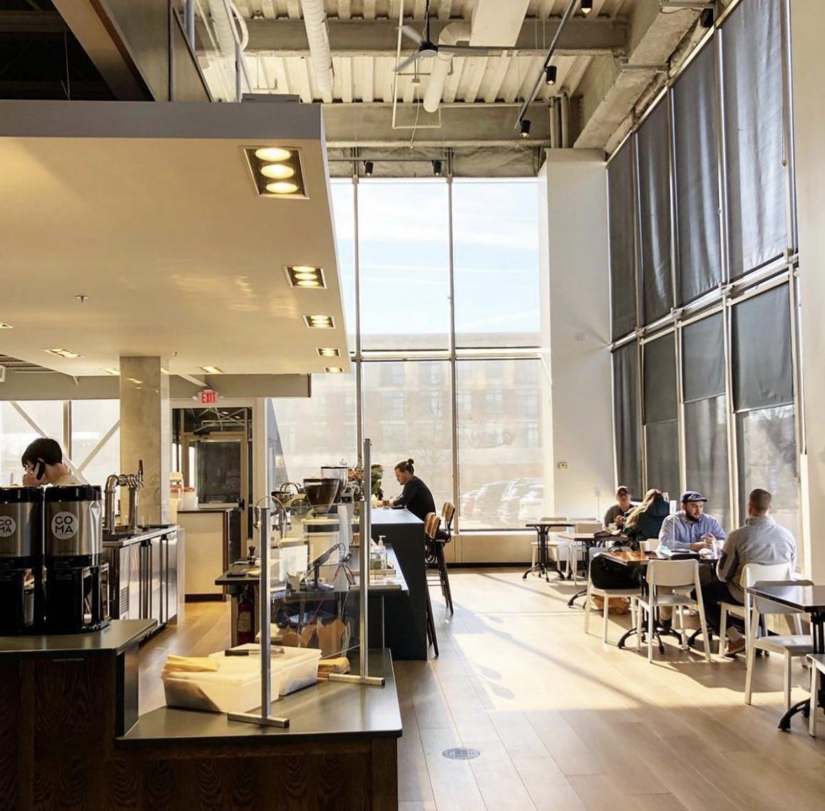 昏迷咖啡在聖路易斯外有擴展的酒吧和廚房