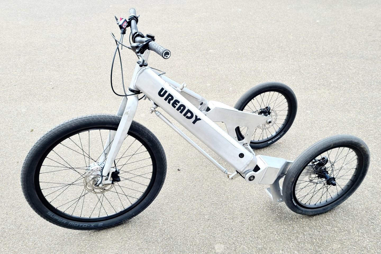 傾斜的電動三輪車像陸地上的個人船隻一樣騎行