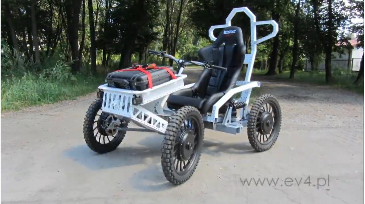 波蘭的EV4用電動車和滑板上山